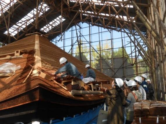 「仁和寺・御影堂」の檜皮葺き替え工事の様子
