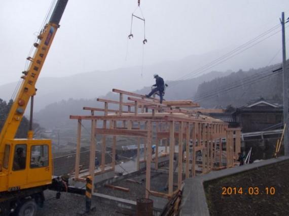 農舎の新築工事 (棟木があがったところ)