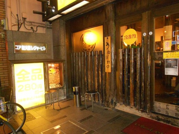 「小丸太(足場丸太)」を多用した内装・外装で目を引く居酒屋チェーン