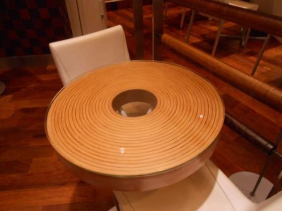 「バームクーヘン」を模したテーブル (真ん中に穴も開いています)
