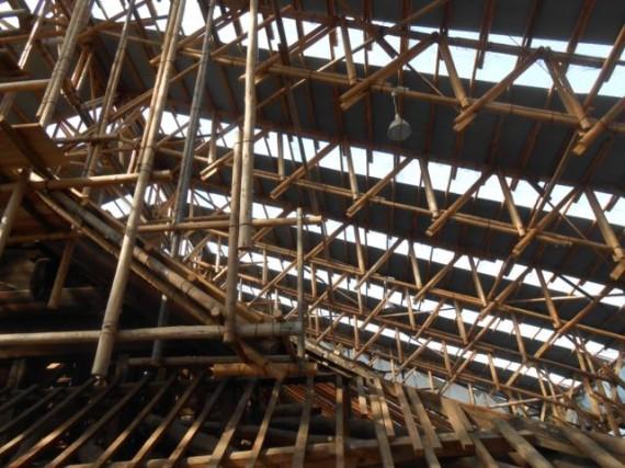 「仁和寺・観音堂」 足場丸太と切丸太とのトラス組みに感嘆