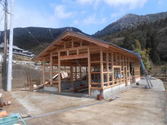 農舎の新築工事 (瓦がのったところ 3月下旬)
