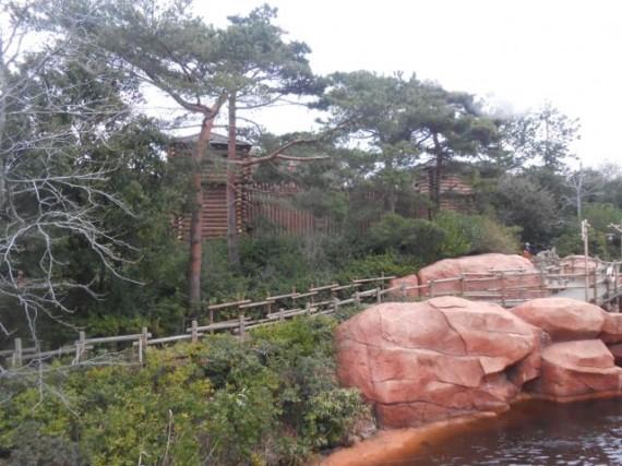 探検島の周囲に廻らされた「木柵」と島内にある「丸太小屋」