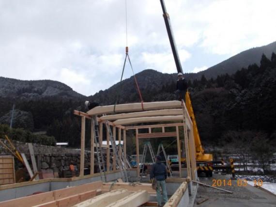 農舎の新築工事 (松の梁を据えているところ)