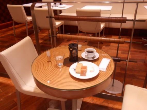 バームクーヘンを模したテーブルと「ベームクーヘン付き珈琲セット」