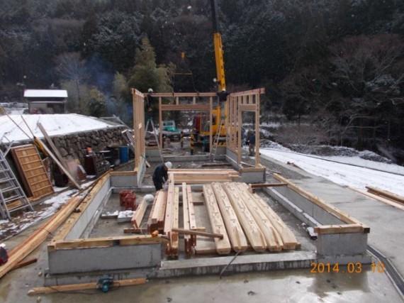 農舎の新築工事 (柱を立て始めた頃)