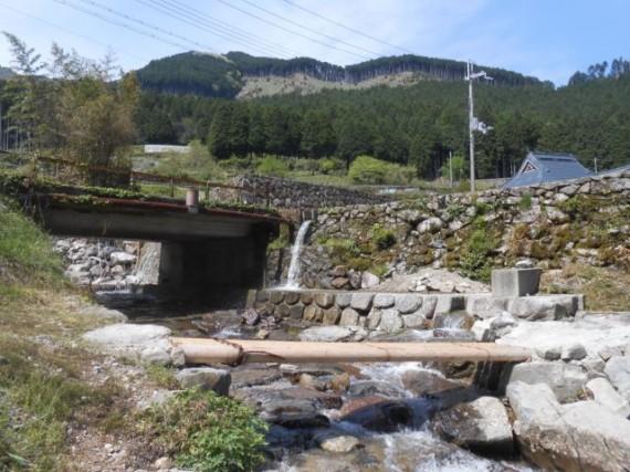 流出防止のワーヤーが左端にまかれている「丸棒製木橋」