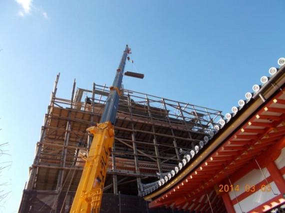 「清水寺・三重塔」の仮設素屋根建設工事で「木製足場」を吊り上げているところ