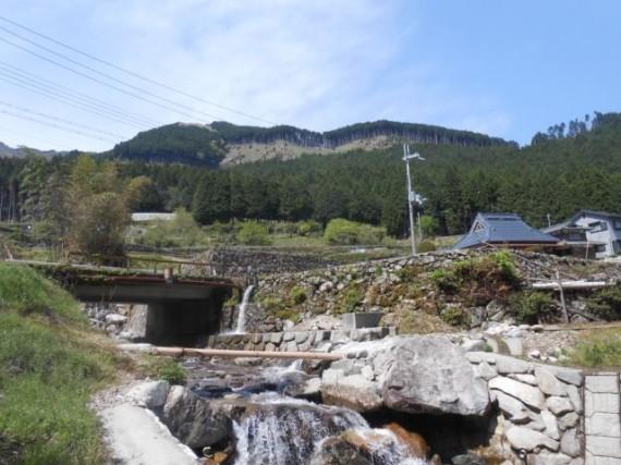 丸棒製・木橋の「流れ橋」を谷川の下から見たところ