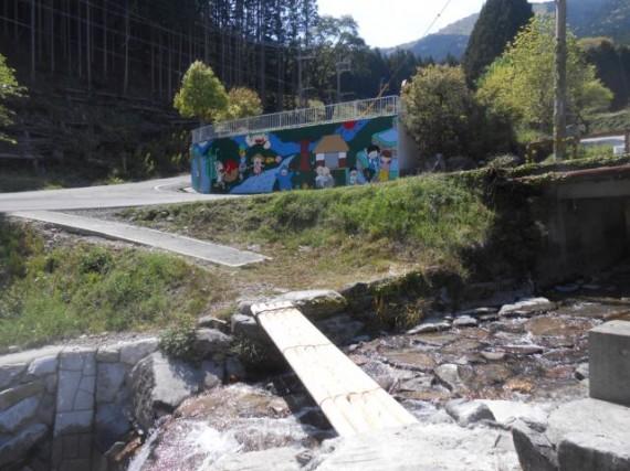 棚田の自家製・木造「流れ橋」 対岸側に流出防止のワイヤーがあります