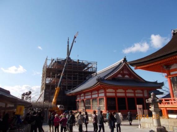 「清水寺・三重塔」に「足場丸太」を吊り上げる巨大クレーン