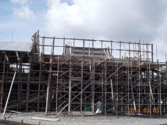 「平等院鳳凰堂」の足場丸太の素屋根・解体工事風景 (前面から・新しい鳳凰が見えます)