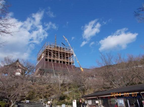 「清水寺・三重塔」の仮設素屋根の建設現場 (全景)