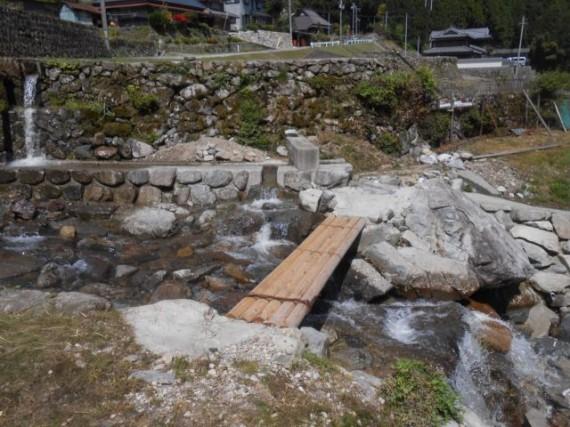棚田百選「岩座神」の谷川に架かる丸棒製「流れ橋」 (拡大)