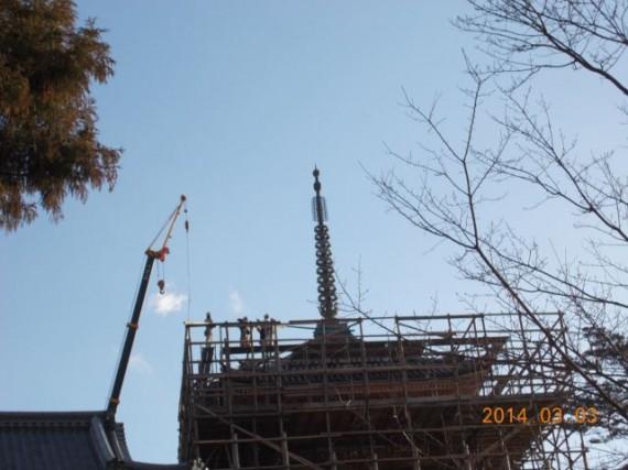 「清水寺・三重塔」の上層部で「足場丸太」を組上げる鳶職人