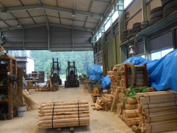 台風対策で製材施設に青シートをかかたところ