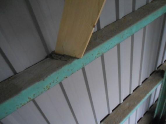 丸棒加工工場の建屋の桟に溜まったほこり (コンプレッサーで吹き飛ばしました)