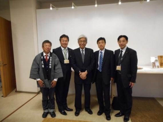 贈呈式後に審査委員長の安藤直人東京大学教授らと記念撮影