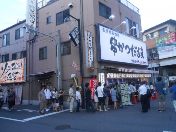 大阪・通天閣脇にある有名な「串カツ屋」さん・屋外