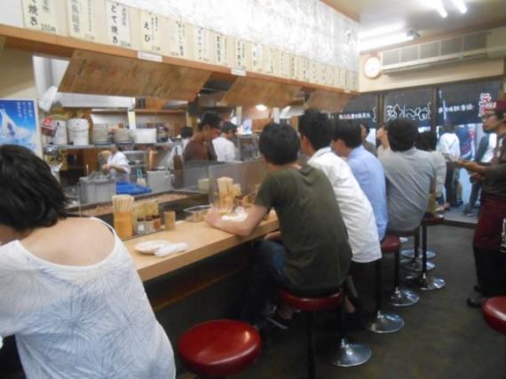 大阪・通天閣脇にある有名な「串カツ屋」さん・店内