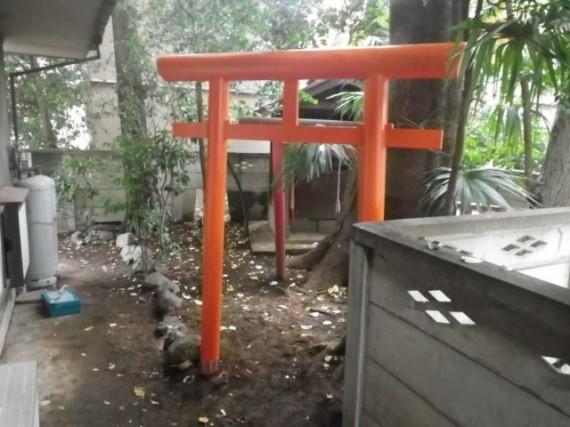 個人宅の庭に、無事設置された「木製鳥居」