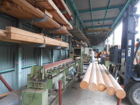 丸棒加工機(円柱加工機)で加工された鳥居用円柱材
