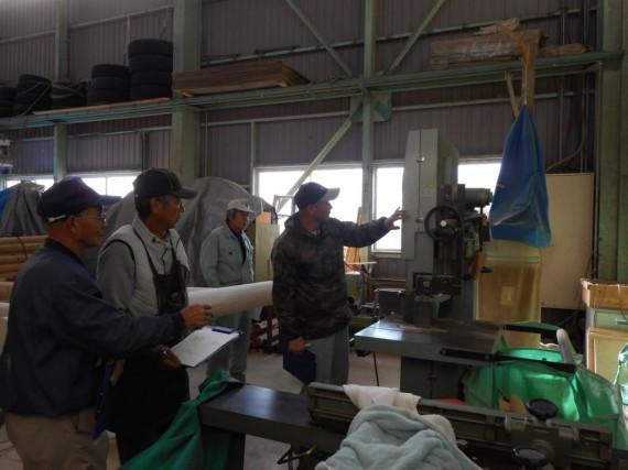 工場内を回りながら個別機械(杭先とぎ機)について安全点検