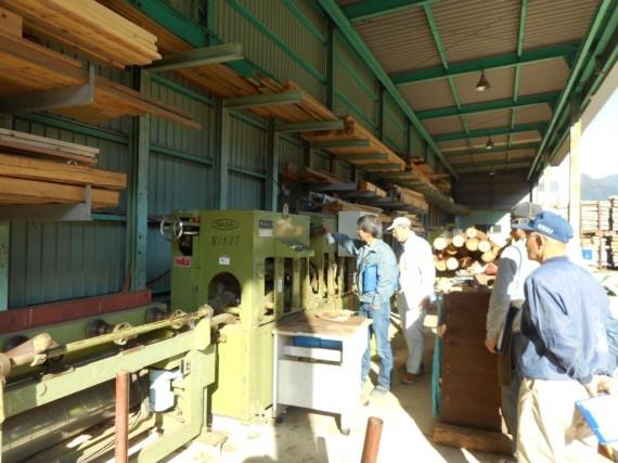 工場内を回りながら個別機械(丸棒加工機)について安全点検