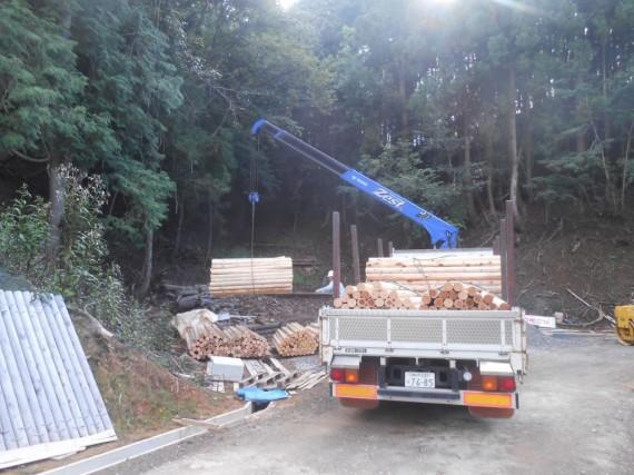 林道の新設現場への運び込み