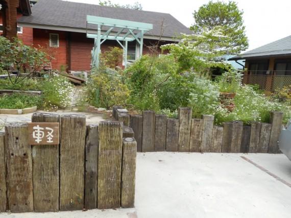 枕木を土留めにした庭の事例