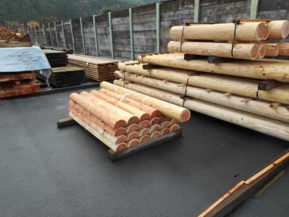 円柱材と半割材 (遊具用出荷分)