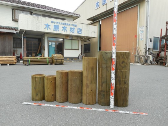 直径20cm前後の円柱材(丸棒丸太)を一列に並べました
