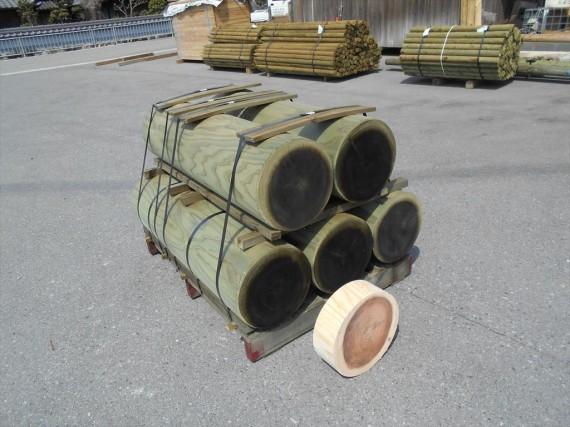 発電所・見学者コース内に設置される「丸太ステップ」用丸棒材