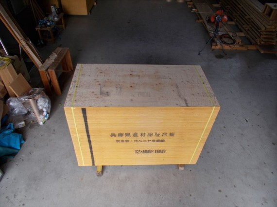 『兵庫県産・桧・型枠用合板』 100枚の荷姿 (上から)