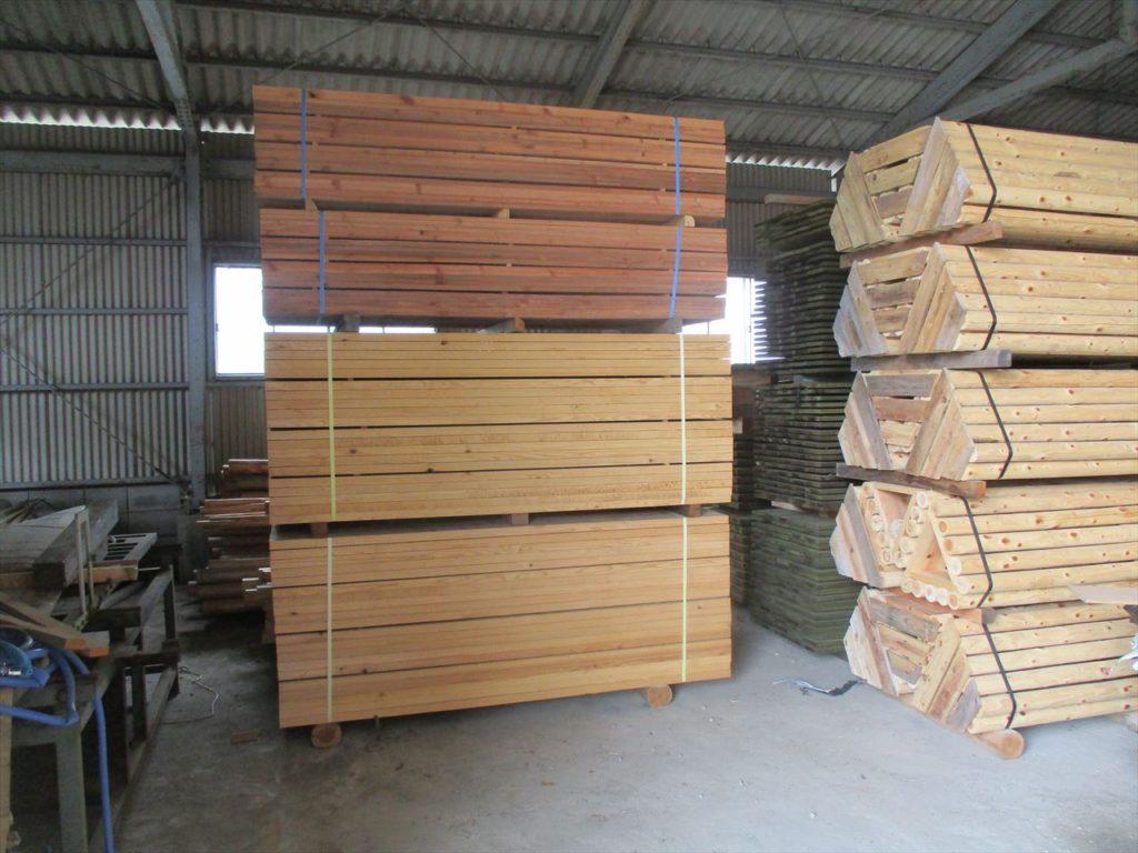 弊社第2倉庫で『矢板』も保管 杭とセットで販売してます
